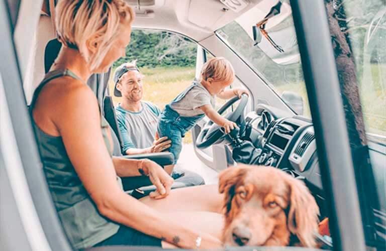 Familienurlaub mit Kind und Hund im Reisemobil.